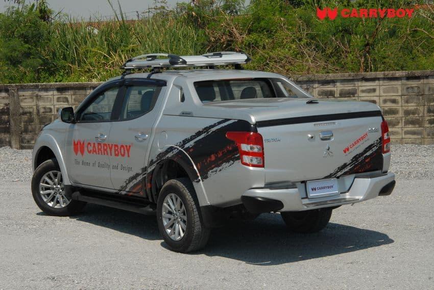 CARRYBOY Laderaumabdeckung R-795 mit Stylingbügel Mitsubishi L200_Fiat Fullback Heckansicht
