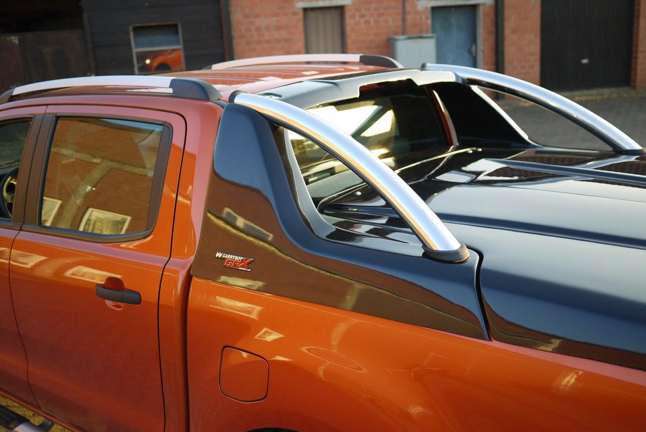 Fiat Fullback Doppelkabine Laderaumabdeckung mit Überrollbügel von CARRYBOY Deckel mit Stylingbar polierter Edelstahlbügel Fiat Fullback