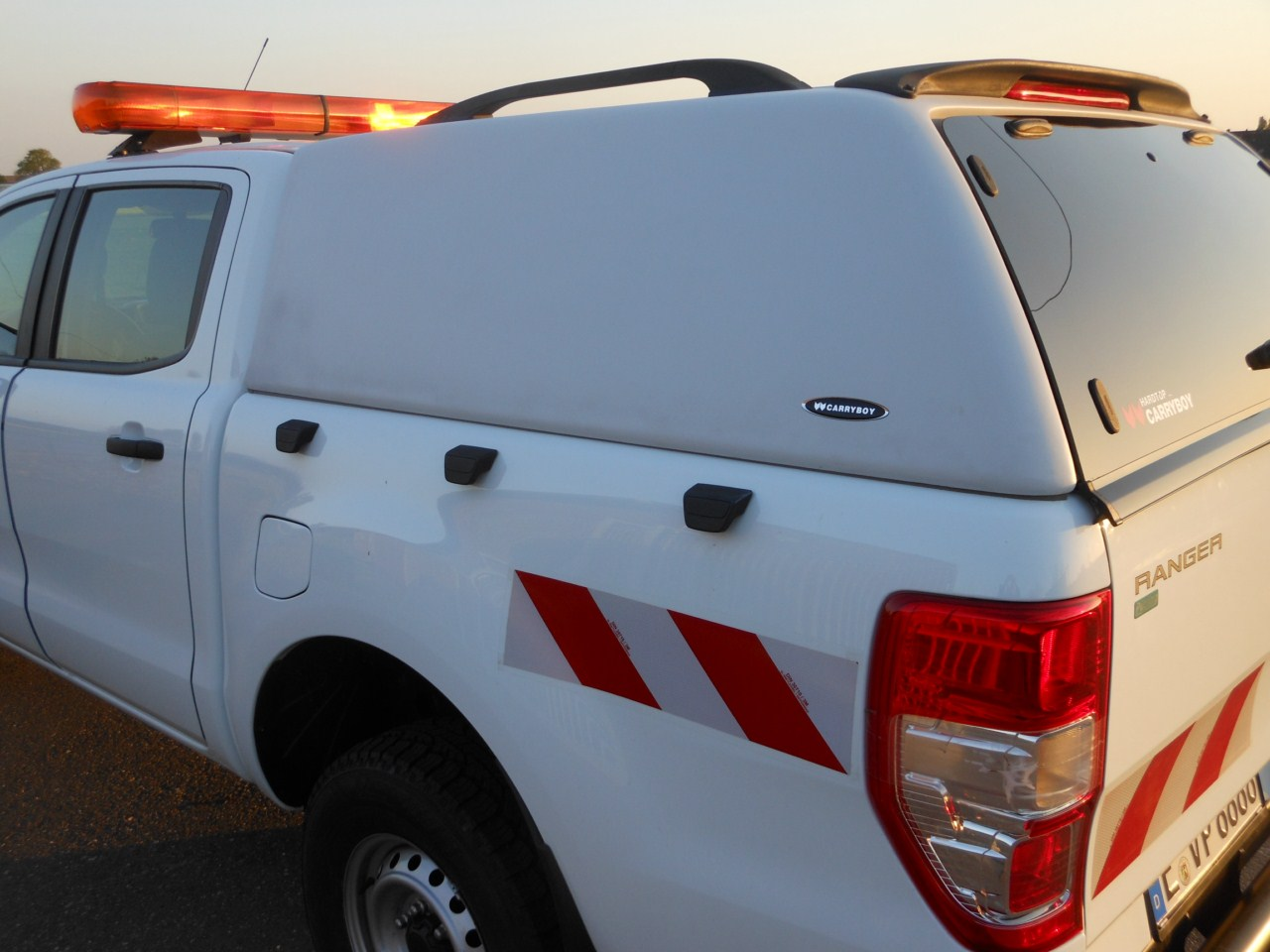 Carryboy Hardtop 560 ohne Seitenfenster Mitsubishi L200 Singlecab Dachreling und Spoiler