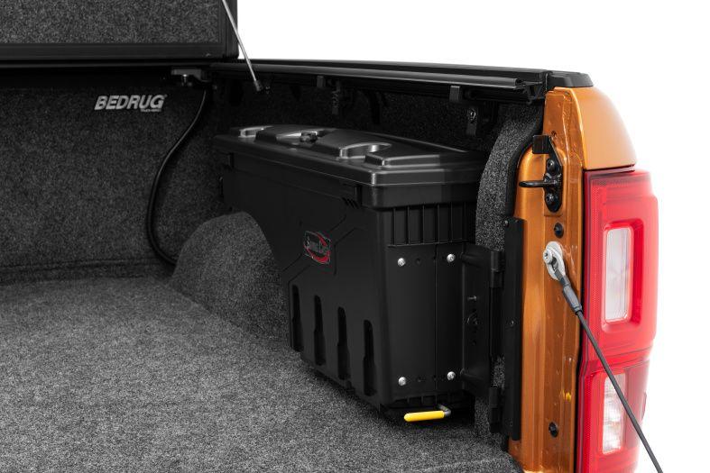 NOVISauto CARRYBOY Werkzeugbox Staubox Toolbox schwenkbar für Pickup Ladefläche Isuzu D-Max 2021+ platzsparend hinter Radkasten