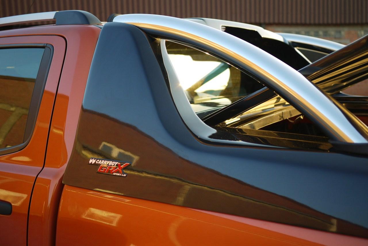 Mitsubishi L200 Doppelkabine Laderaumabdeckung mit Überrollbügel von CARRYBOY Deckel mit Stylingbar polierter Edelstahlbügel